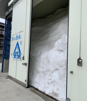 雪室。扉を開けたら手前まで雪が! 扉の高さだけでも5m以上あります。